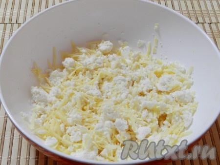 Сыр фета размять, сыр российский натереть на терке.