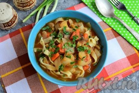 Для подачи вкусного и сытного постного лагмана в глубокую миску нужно выложить часть лапши, сверху разместить тушеные овощи с грибами вместе с жидкостью. Подавать блюдо, посыпав сверху зеленью.