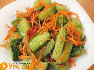 огурчики с морковкой на тарелке