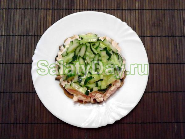 Салат «Восторг» с корейской морковью, вареной колбасой и огурцами