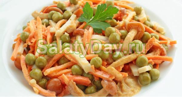 Салат «Восторг» с корейской морковью, зеленым горошком и маринованными грибочками