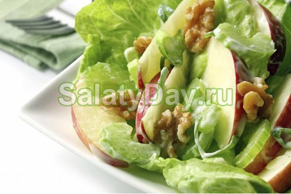 Салат «Каприз» с яблоком и сыром и яйцом и соусом «Песто»