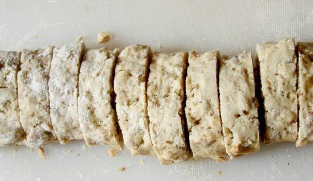 порезанное бискотти с орехами и изюмом