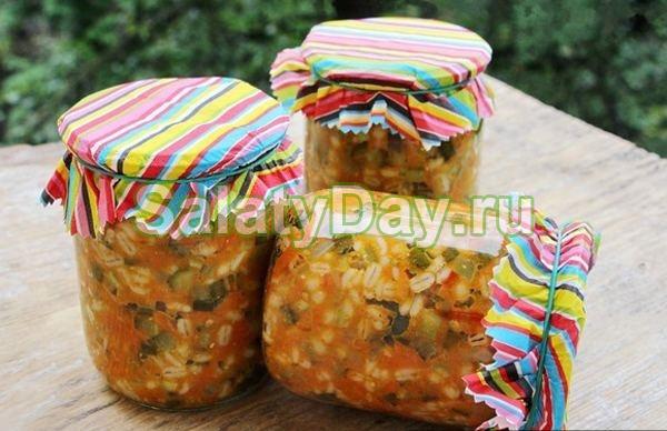 Салат с перловкой и овощами в собственном соку