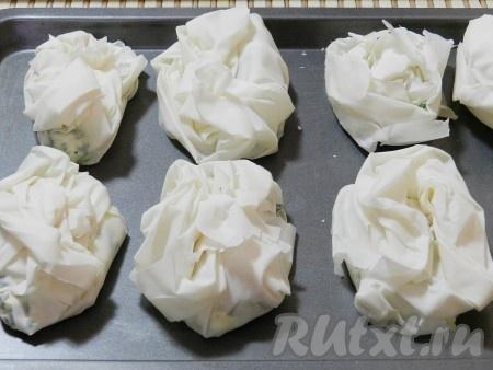 Выложить пирожки на сухой противень (или застелить его бумагой для выпечки), смазать яйцом или растопленным маслом. Запекать в разогретой до 190 градусов духовке в течение 18-20 минут до зарумянивания.