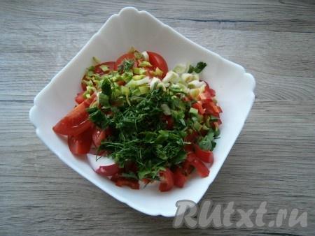 Всю зелень измельчить и добавить в салат.