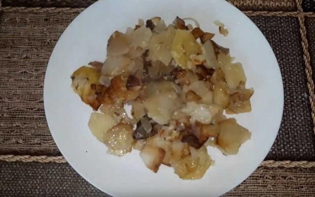 Жареная картошка с луком на сале