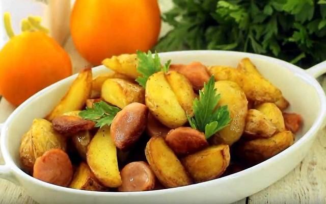 Картошка жареная с луком и сосисками