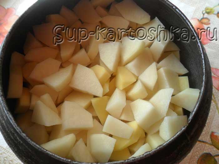 картошка порезанная на кусочки в чугунке