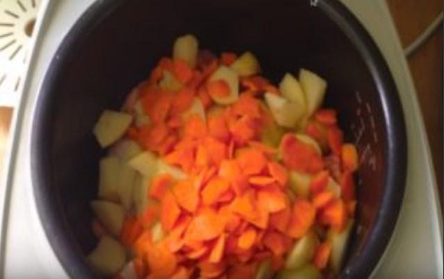 добавляем картофель и морковь