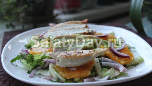 Тёплый салат с курицей и апельсином