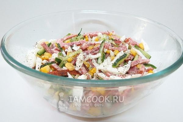 Посыпать салат солью и перцем