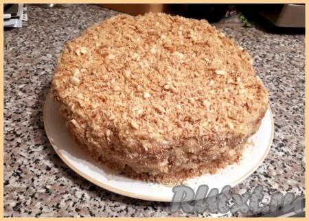 """Верх и бока тортика обмазываем кремом, посыпаем крошкой от печенья. Убираем торт в холодильник на ночь. Торт """"Наполеон"""", приготовленный без выпечки из печенья """"Ушки"""", получается очень вкусным."""