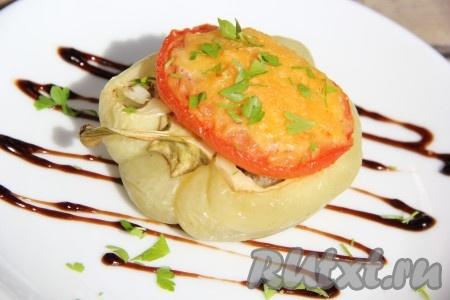 Готовые фаршированные перцы подать в горячем виде. По желанию, перед подачей, можно оформить тарелку полосочками из соуса или кетчупа и посыпать перцы рубленой зеленью. Вот такие ароматные, вкусные и нежные получаются перцы, запеченные в духовке с фаршем.