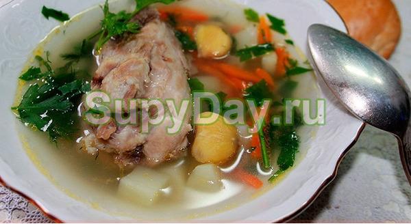 Салат с маринованными опятами, свежими овощами и свиным языком