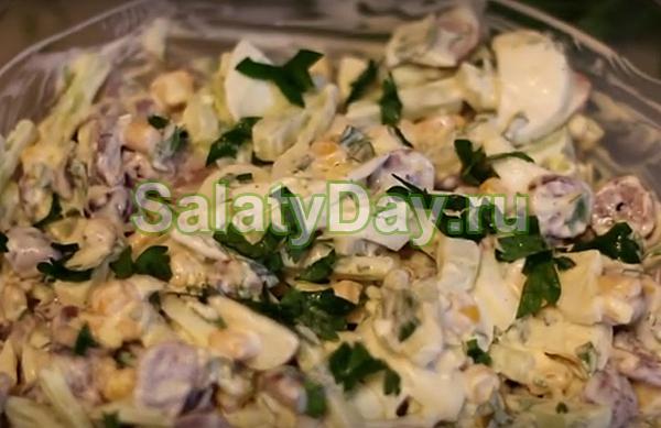 Салат из куриных сердечек с огурцами и кукурузой