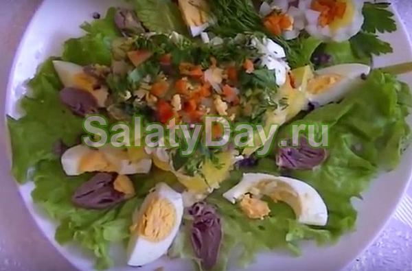 Салат из куриных сердечек с болгарским перцем, яйцами и огурцами