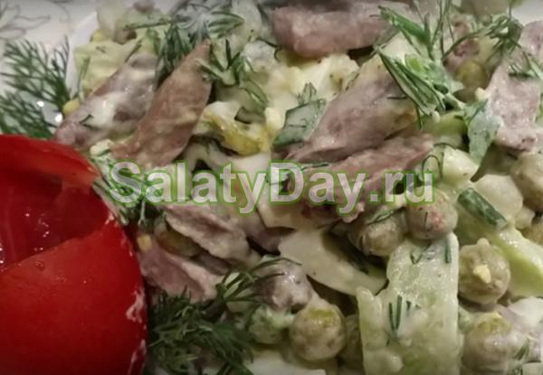 Салат из куриных сердечек с картошкой, огурцами и зеленым горошком