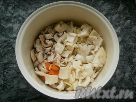 Картофель, морковь, лук, капусту и грибы выложить в чашу мультиварки или в толстостенную кастрюлю.