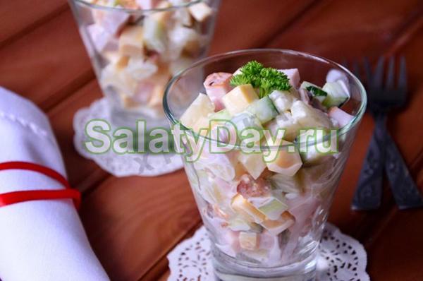 Салат из ветчины, ананасов и огурцов