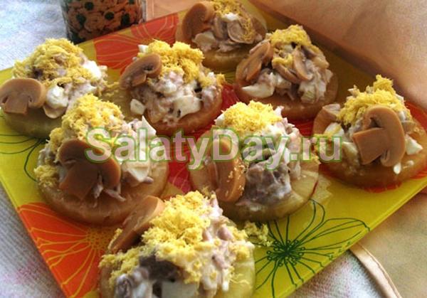 Салат на ананасовых колечках