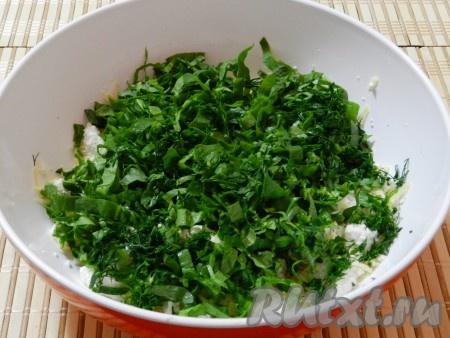 Добавить нарезанный шпинат и укроп.