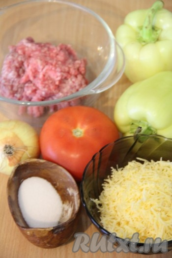 Подготовить продукты для приготовления перцев, запеченных в духовке с фаршем. Сыр натереть на мелкой тёрке.