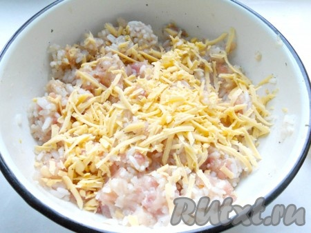 Фарш с рисом посолить, поперчить, добавить специи. Сюда же добавить натертый на крупной терке твердый сыр.