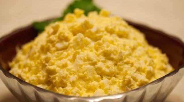 Яичный салат с плавленым сыром