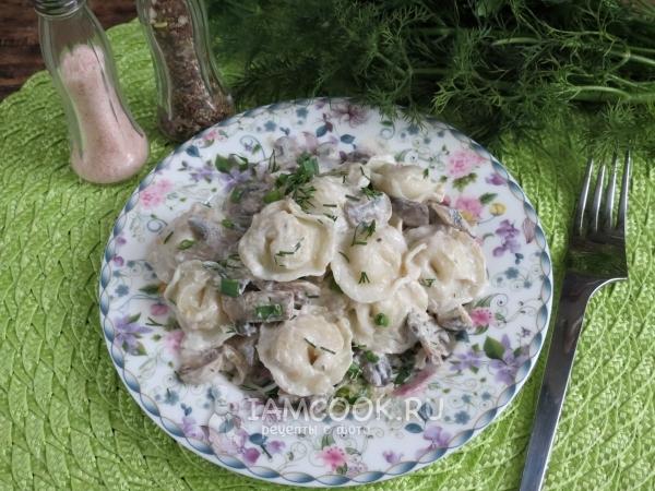 Готовые пельмени с грибами в горшочках в духовке