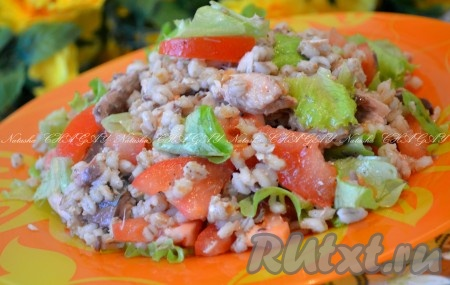 Выложить салатв салатницу (или на блюдо). Вкусный и полезныйсалат из перловки готов к подаче. Надеюсь, вам понравится рецепт этого простого салатика.