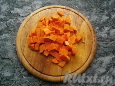 Средними кубиками нарезать морковь.