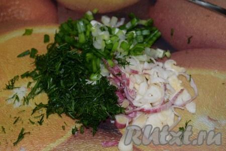 По истечении времени проверить свинину на готовность (при разрезании готового мяса должен выделяться прозрачный сок). Укроп, зелёный лук и чеснок мелко нарезать, добавить к готовому мясу, перемешать и снять с огня.