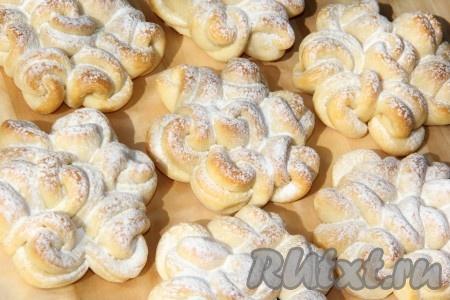 Перед подачей вкусные, мягкие и очень красивые кружевные булочки посыпать сахарной пудрой.