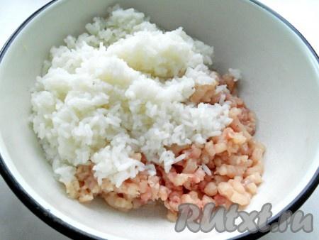 Рис отварить до полуготовности, промыть холодной водой и добавить к куриному фаршу.