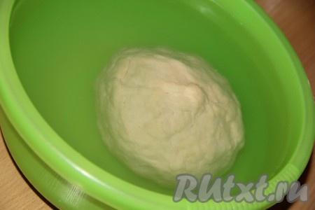 Замесить мягкое и эластичное тесто. Скатать из теста колобок. В глубокую миску налить холодную воду. Опустить колобок в воду. Через 10-15 минут колобок начнёт всплывать.