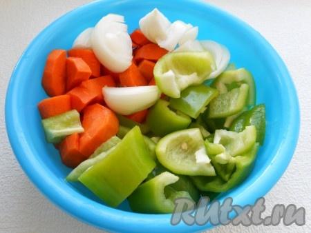 Лук, морковь и сладкий болгарский перец нарезать кусочками.