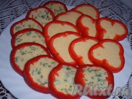 Перец, фаршированный сыром, завернуть в фольгу и положить на несколько часов в холодильник. Затем вынуть из холодильника и нарезать охлажденные перцы тонкими колечками.