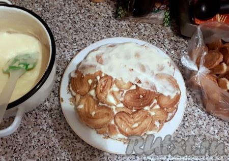 Выкладываем печенье слоями, пока не закончится крем. Мой совет - не скупитесь на крем. Лучше сделать меньше слоёв, но зато тортик будет более пропитанный. У меня было где-то 6 слоёв печенья, но тортик получился немного суховат. Не забудьте оставить немного печенюшек для обсыпки торта.