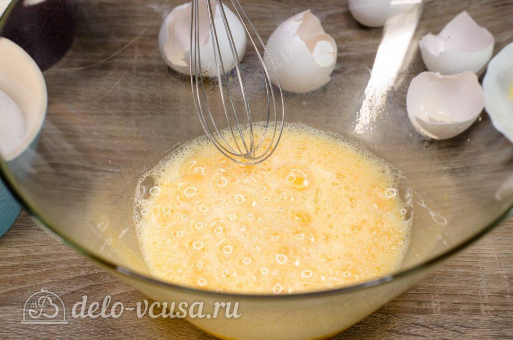 Апельсиновый кекс с пропиткой: Взбить яйца в пену