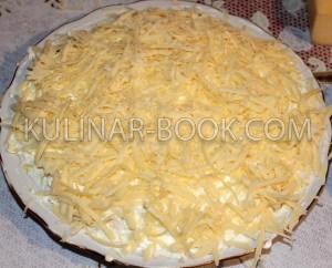 Сыр натертый на крупной терке и выложен на слой с куриными яйцами