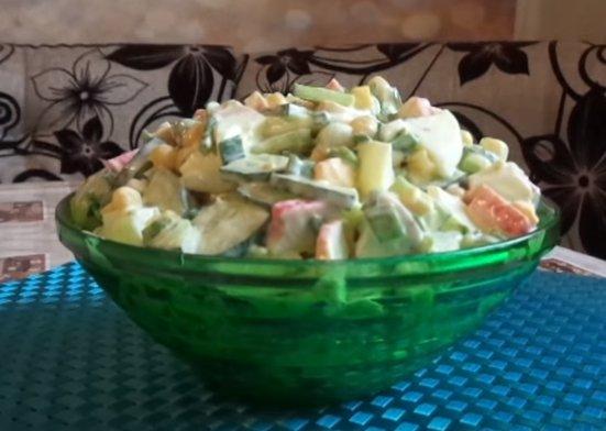 Крабовый салат с огурцом, яйцом и зеленью