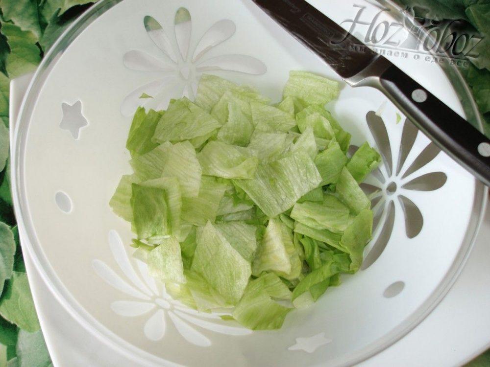 Кладем кусочки салата Айсберг в салатник
