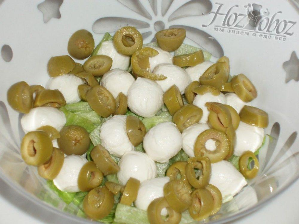 Добавляем оливки в наш итальянский салат