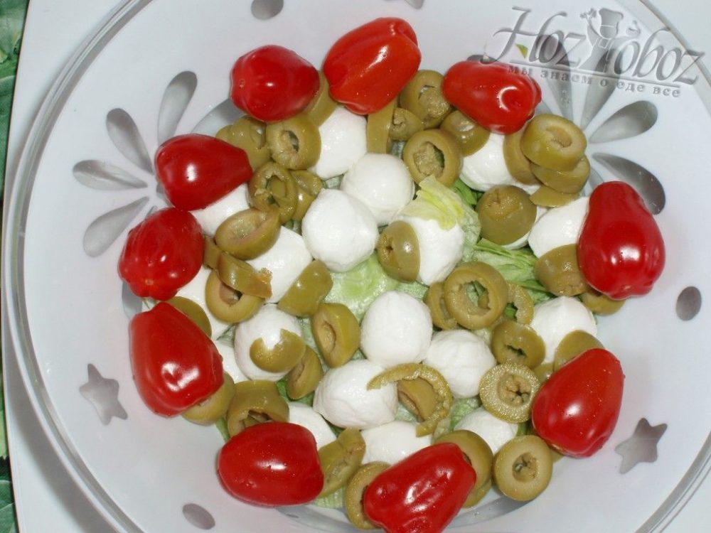 Добавляем помидоры чери в салат