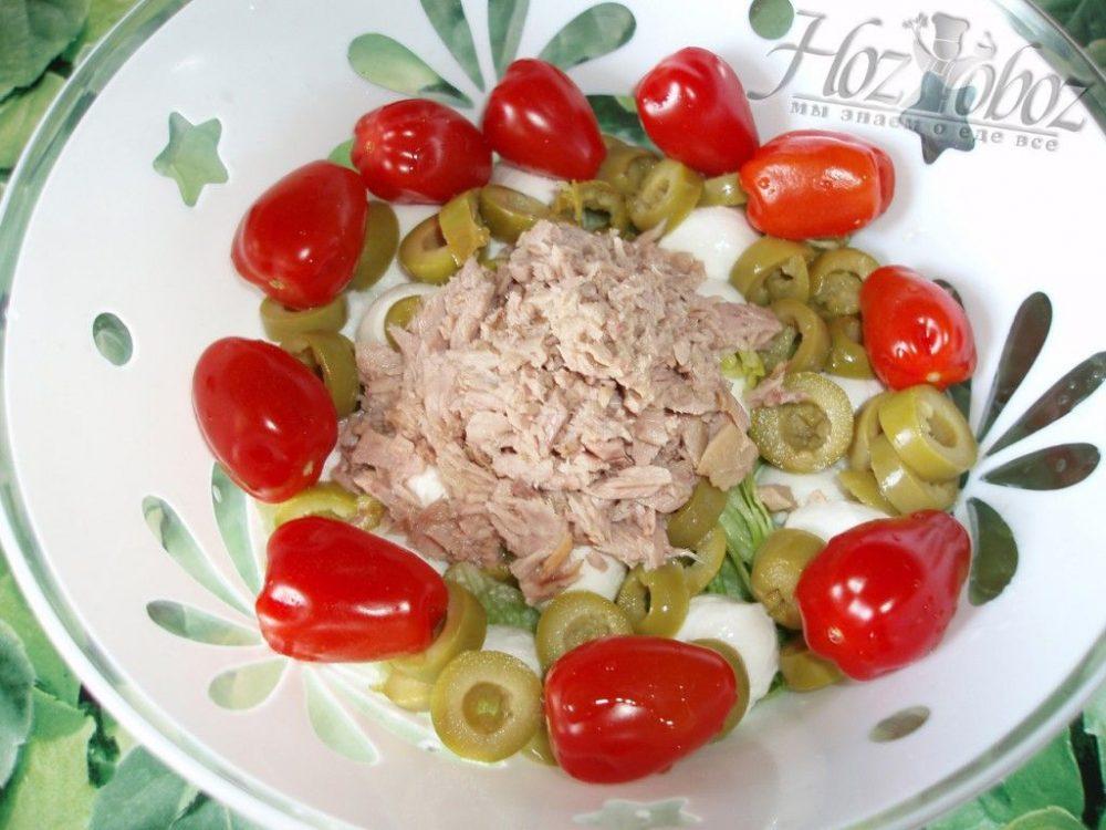 Высыпаем тунец в салат