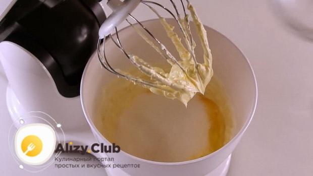 Для приготовления вкусного печенья на майонезе добавьте сахар и яйца.