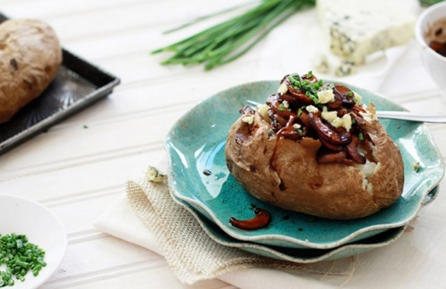 Печеный картофель с карамелизированным луком и грибами