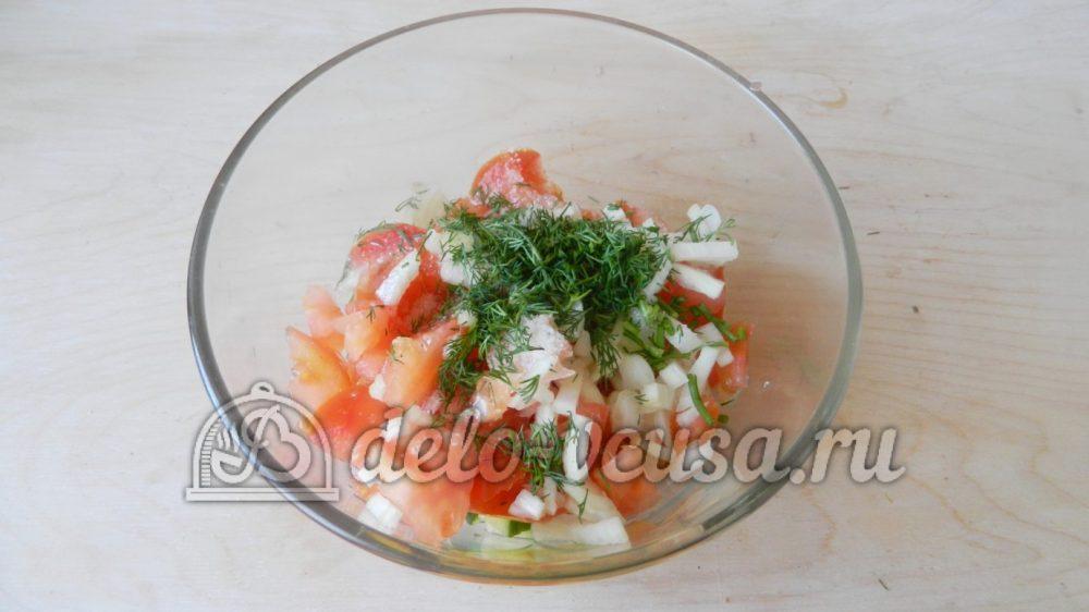 Салат с редиской, огурцом и помидором: Добавить зелень