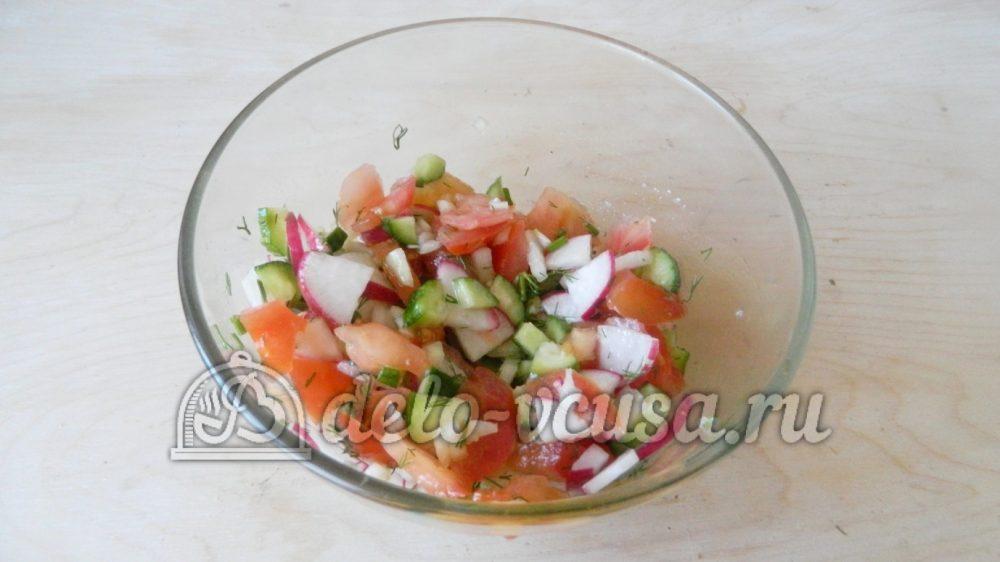 Салат с редиской, огурцом и помидором: Перемешать